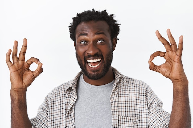 클로즈업 샷 잘생긴 흥분, 즐거운 수염 난 아프리카계 미국인 남자, 좋은 것을 승인