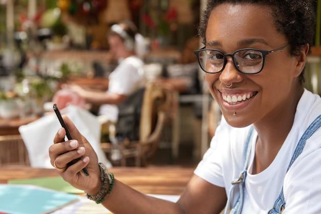 Immagine ravvicinata di felice ragazza dalla pelle scura ha un sorriso a trentadue denti
