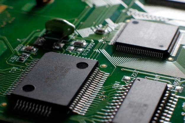 테이블에 smd 칩이 있는 샷 메모리 보드를 닫습니다. 컴퓨터 부품 개념입니다. 전자 부품