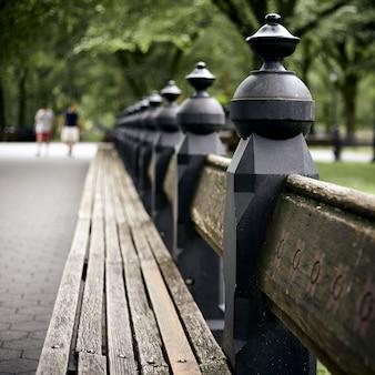 ニューヨークのセントラルパークのベンチのクローズアップショット