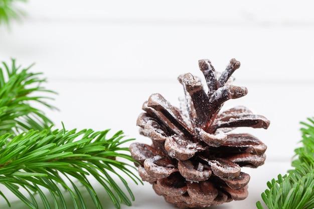나무 판자에 있는 크리스마스 장식 세부 사항의 클로즈업 샷 프리미엄 사진
