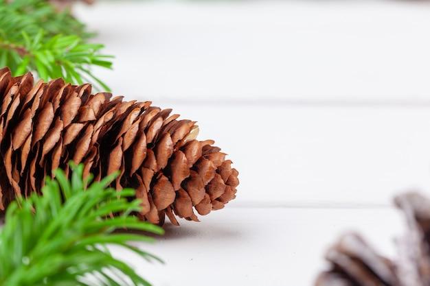 나무 판자에 있는 크리스마스 장식 세부 사항의 클로즈업 샷