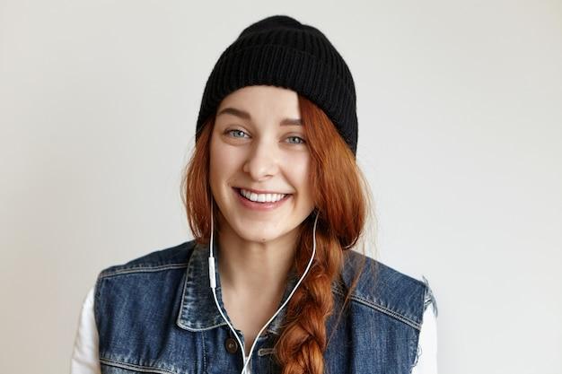 三つ編みの笑いと美しい白人の若い女性のショットを閉じる