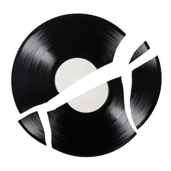 白い背景で隔離の黒いひびの入った12インチlpビニールレコードのクローズアップショット。