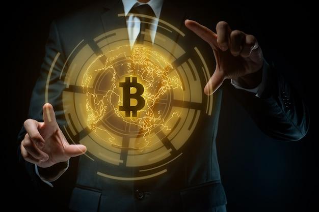 ビットコインシンボルホログラム効果と黒のスーツを着たビジネスマンのクローズアップショット。