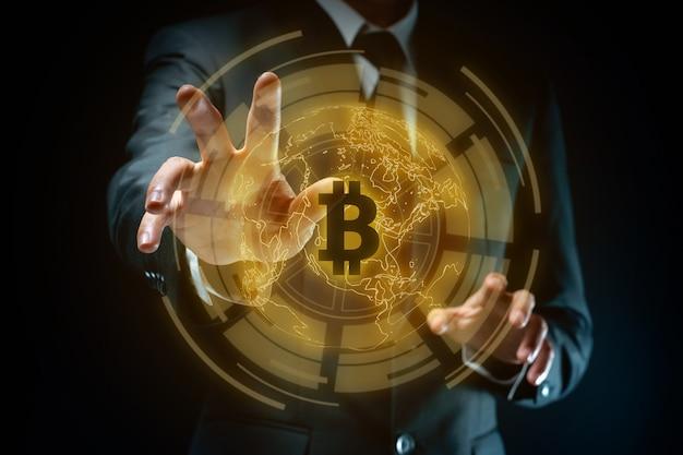 Крупным планом выстрел бизнесмена в черном костюме с эффектом голограммы символ bitcoin.