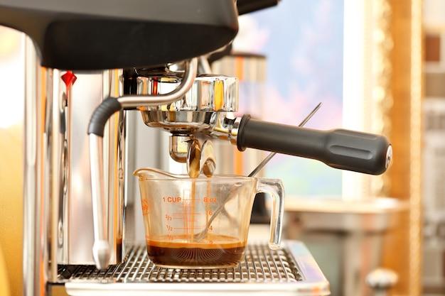 コーヒーマシンのクローズアップショット