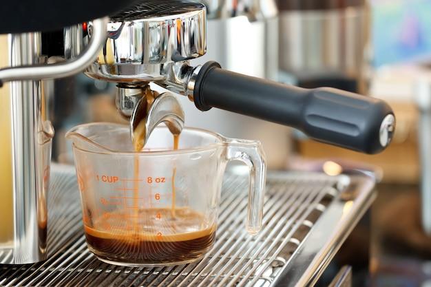 Крупным планом выстрел из кофе-машины