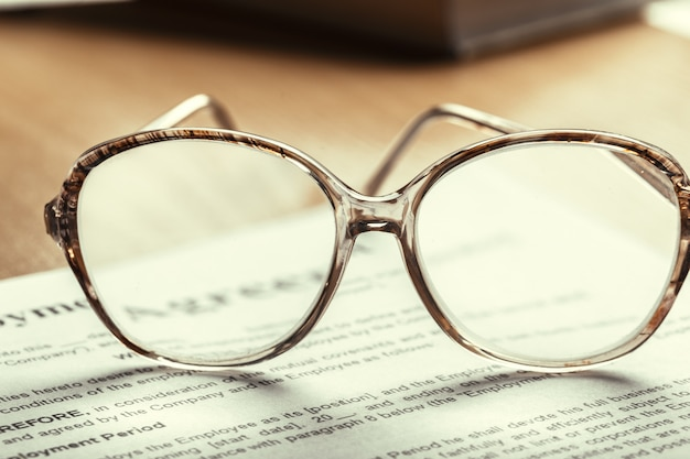 Крупным планом выстрел из очков на документах бизнес концепции