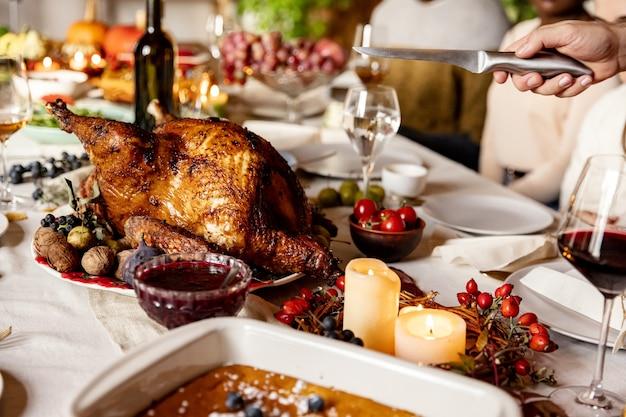 Снимок семейного праздника во время дня благодарения крупным планом