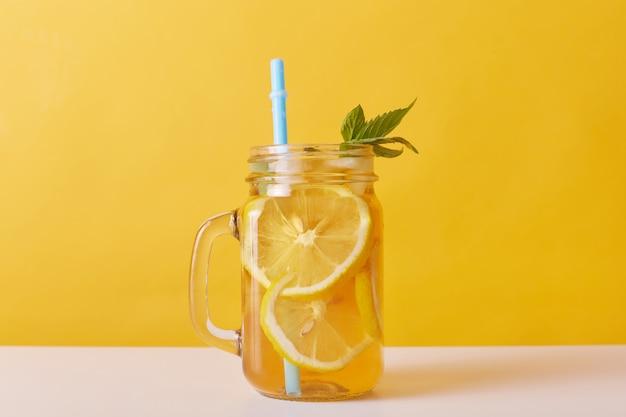 レモンとミントの新鮮な飲み物のショットを閉じる
