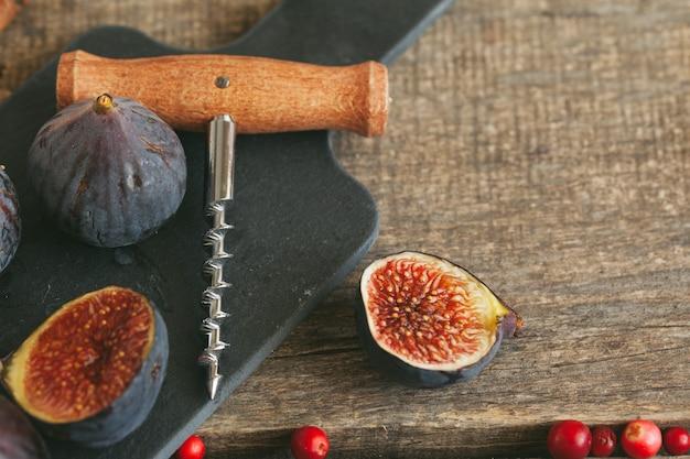 반짝임 와인 요리를 위해 과일과 향신료의 총을 닫습니다