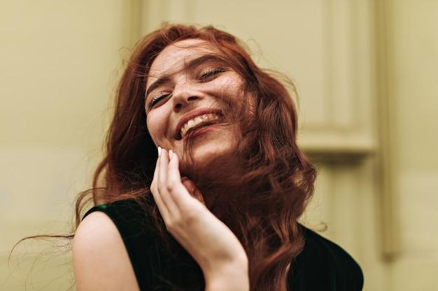 外で笑っている生姜の女性のクローズアップショット