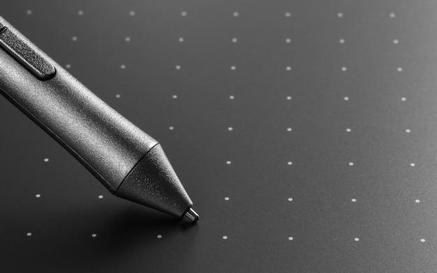 일러스트 레이터와 디자이너를위한 펜으로 그래픽 태블릿의 총을 닫습니다. 그래픽 디자인 기기.
