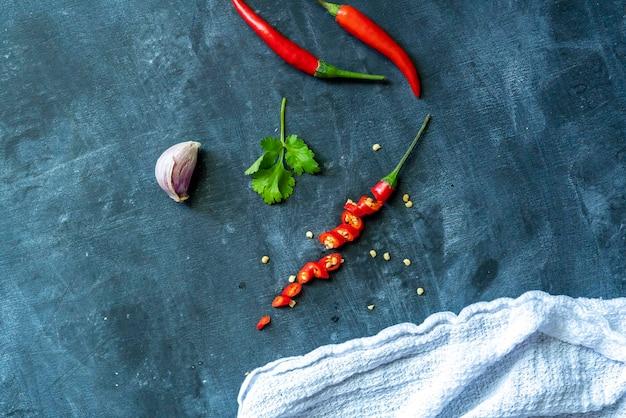 黒板に赤唐辛子と種子のショットをクローズアップ