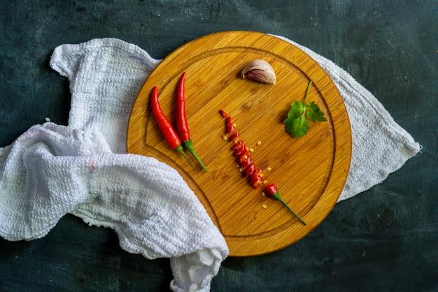 木の板に赤唐辛子と種子のショットをクローズアップ