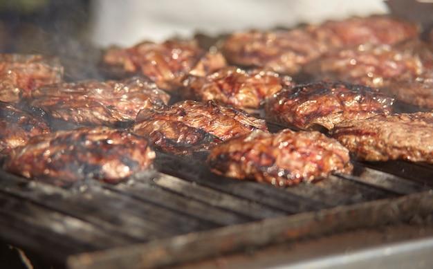 セレクティブフォーカスでグリル上の肉のクローズアップショット