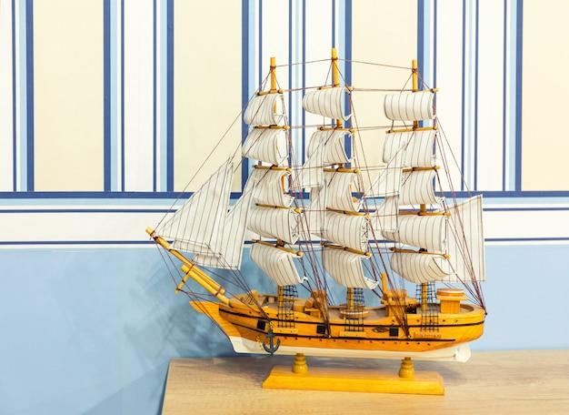 Крупным планом снимок парусной модели корабля