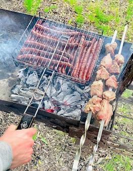 Закройте снимок шашлыка из свинины на открытом воздухе. выборочный фокус