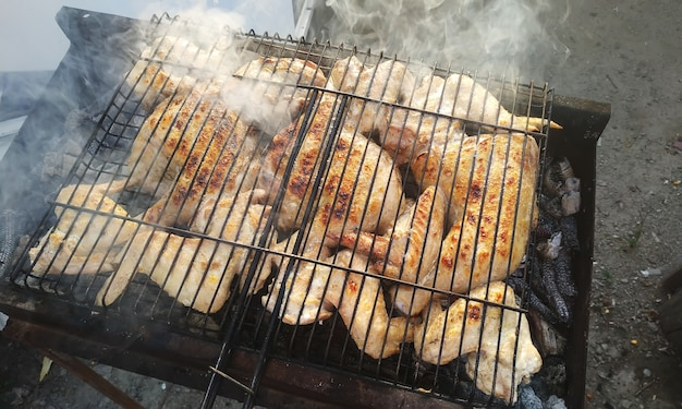 シシカバブの肉の豚肉の屋外の非現実的なショットをクローズアップ。セレクティブフォーカス