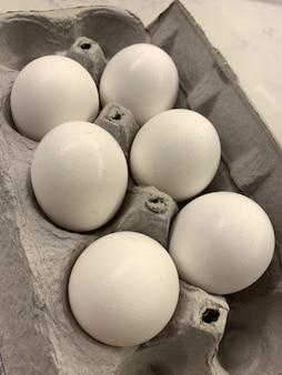 卵パックボックスに6個の卵のクローズアップショット