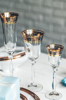 カトラリーとガラス製品を使った高級ダイニングのテーブルセッティングのクローズアップショット