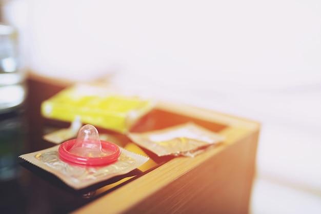 다양한 콘돔 팩의 총을 닫습니다. 피임약은 출생률 또는 안전한 예방을 제어합니다.