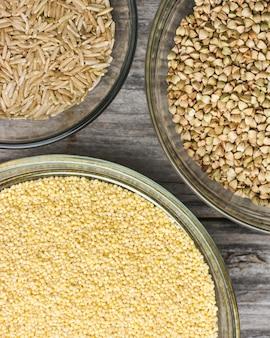 작은 유리 그릇에 다양한 종류의 신선한 곡물의 총을 닫습니다