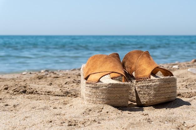 ビーチでの女性の靴のクローズアップショット