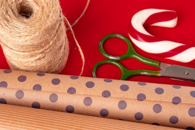 포장지 및 빨간색에 크리스마스 장식 항목의 총을 닫습니다