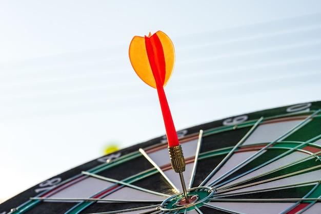 Закройте выстрел красной стрелкой дротика, попав в целевой центр мишени, бизнес-цели или целевой концепции успеха.