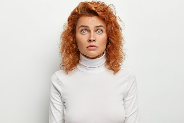 Il primo colpo di giovane femmina sorpresa ha un'espressione scioccata nervosa