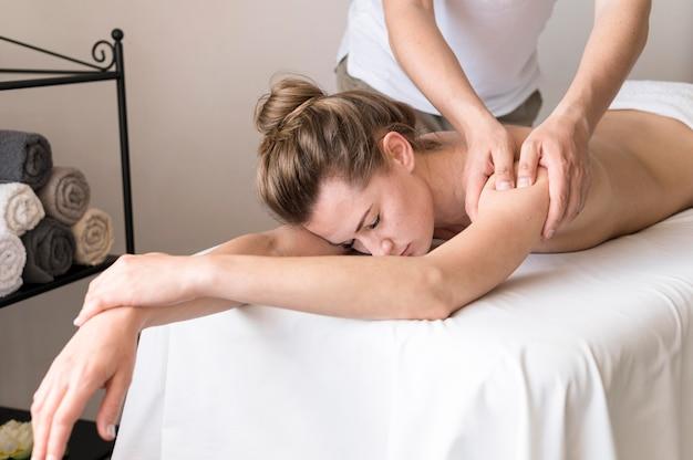 Концепция массажа плеча крупным планом