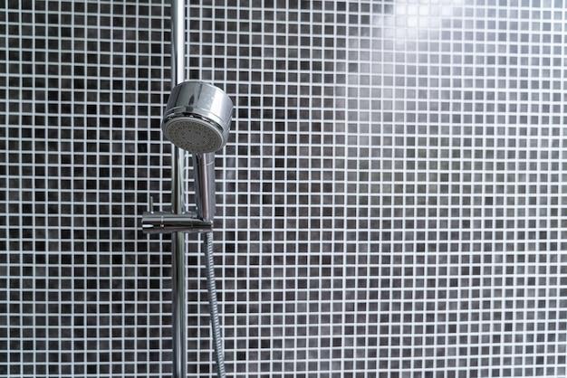 욕실의 클로즈업 샤워 헤드