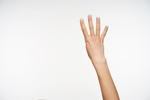 Primo piano sul mostrare quattro dita mentre posa isolato Foto Gratuite