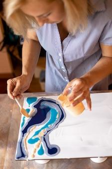 Крупным планом показано начало создания современной интерьерной живописи. мастер класс. творчество и дизайн. художник за работой. свобода и вдохновение. современная колористика. хобби и ремесла.