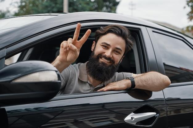 車を運転して幸せな男の側の肖像画を閉じる