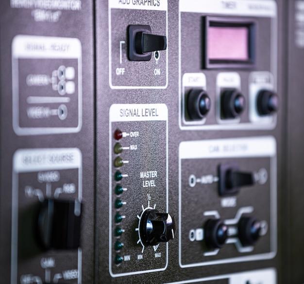 軍事基地の軍事秘密装備のパネルに配置されたボタンと回転のパネルの拡大側面図。戦略的生産コンセプト