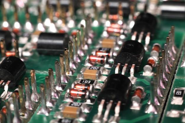 Smdコンポーネントを備えたpcbボードの拡大側面図