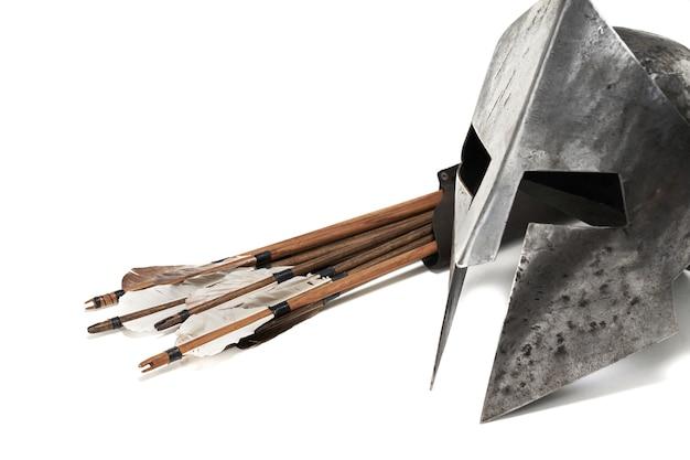 中世の鎧と武器の側面図を閉じます。