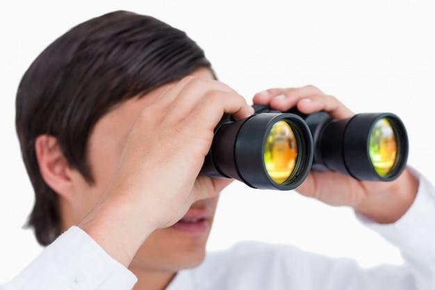 Закрыть вид сбоку торговца со шпионским стеклом