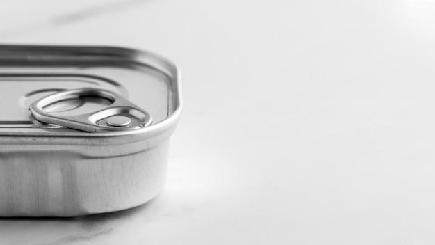 Barattolo di latta d'argento del primo piano con copia-spazio