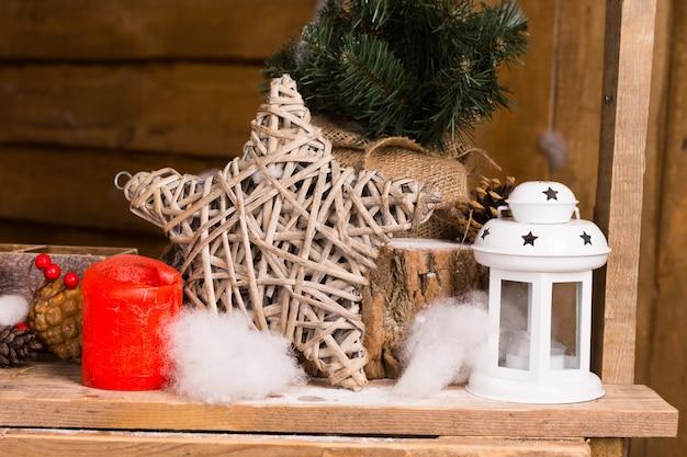 나무 테이블에 나무 별을 강조 간단한 크리스마스 장식품을 닫습니다