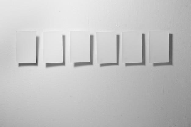 회색 배경에 6개의 흰색 메모지를 닫습니다.