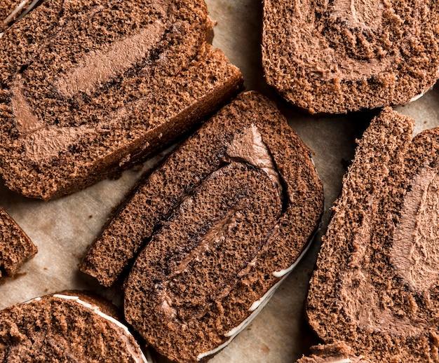 クローズアップスライスチョコレートロールケーキ