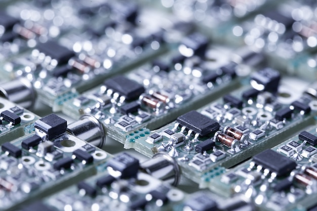 スピーカープレーヤーとコンピューター用のオーディオ部品の製造では、クローズアップの小さなマイクロ回路が隣り合っています。信頼性と高品質のための現代技術の概念