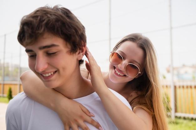 웃는 소년과 소녀를 닫습니다