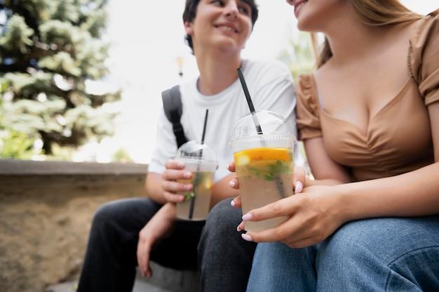 Primo piano di una coppia sorridente con un drink?
