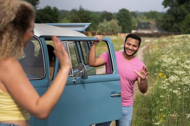 Close up coppia sorridente con furgone