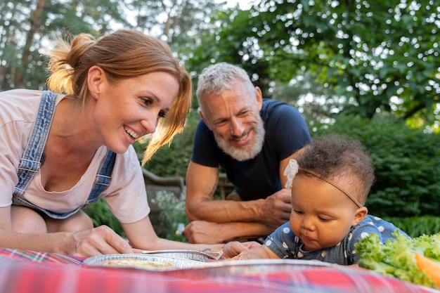 Chiudere la famiglia sorridente con il cibo